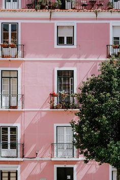 Rosa Haus in Lissabon von Jessica Arends auf Leinwand Tapete und mehr