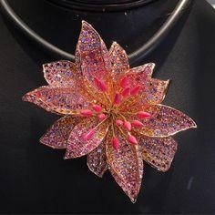💕✨Beautiful Flower By Paula Crevoshay at Musée Mines ParisTech✨💕 #jewelry#jewels#paulacrevoshay#espritjoaillerie#patrimoinejoaillerie#patrimoine#flower#joaillerie#gemstone#awesome#amazing#exhibition#paris#frenchmuseum#instajewelry @crevoshay @mineralotech
