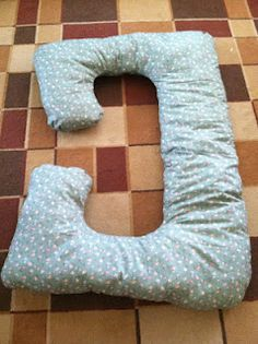 DIY Maternity Pillow.... Im so making it this weekend!!