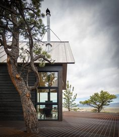 RL The award-winning Big Cabin | Little Cabin is a project by RDG Architecture studio, a beautiful design that centers around dual structures, both positioned with breathtaking views on a cliff of the Sangre de Cristo mountains. The two buildings are re