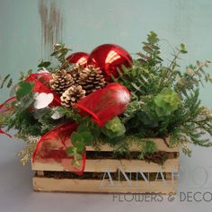 DIY Faux Wood Crate Planter for Christmas. Turn the simple wood crate into this beautiful planter for your Christmas decoration. Christmas Flower Arrangements, Christmas Greenery, Christmas Flowers, Christmas Mood, Rustic Christmas, Christmas Wreaths, Christmas Crafts, Christmas Ornaments, Primitive Christmas