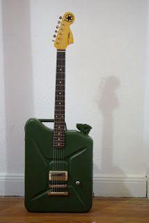 Ingeniosa guitarra decorativa, creada a partir de un envase con una forma que coincide con el de la guitarra.