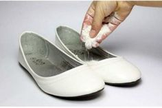 How to Use Household Items to Remove Shoe Odors. If your shoes have developed an unpleasant odor, this doesn't mean you have to throw the pair out. There are many household items you can make use of to eliminate shoe odor or kill the. Aide Ménagère, Smelly Shoes, Odor Remover, Quites, Household Items, On Shoes, Cleaning Hacks, Beauty Hacks, How To Remove