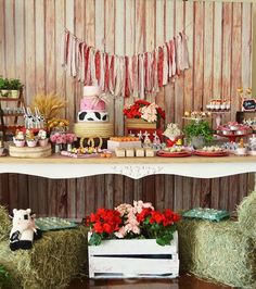 Sobremesa tabela de uma festa de aniversário Farm Girly via Idéias do partido de Kara |  KarasPartyIdeas.com (11)