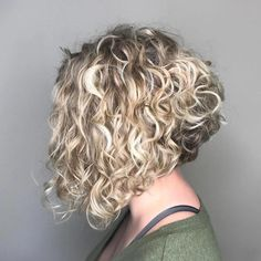 20 Hairstyles for Thin Curly Hair That Look Simply Amazing Inverted Blonde Lob für lockiges Haar Thin Curly Hair, Blonde Bob Haircut, Blonde Lob, Curly Hair With Bangs, Haircuts For Curly Hair, Blonde Curly Bob, Blonde Curls, Short Bangs, Wavy Hair
