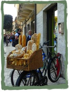 Fresh bread , France --- nothing like French bread. Toscana, Pizzeria Trattoria, Fresh Bread, Daily Bread, Freshly Baked, Italian Style, Bread Baking, Italian Recipes, Breads