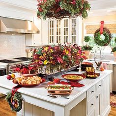 Don't relegate flowers and centerpieces to the dining room table. Instead, set up a casual Christmas breakfast buffet on a kitchen island that's accented with fresh greenery and blooms. Christmas Kitchen, Christmas Goodies, Christmas Home, Christmas Holidays, Elegant Christmas, Thanksgiving Holiday, Christmas Trees, Merry Christmas, Christmas Tablescapes
