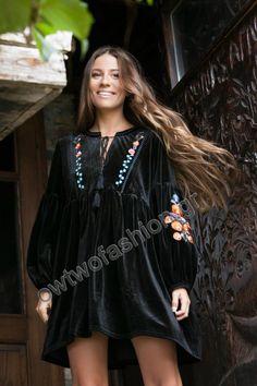 Φόρεμα μαύρο boho βελουτέ κοντό μακρυμάνικο με κεντημένα λουλούδια Σύνθεση : 95% πολυέστερ 5% ελαστάν shop online www.owtwofashion.gr