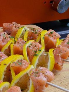 BROCHETTES DE SAUMON AU CITRON À LA PLANCHA. Rapides, simples à préparer et délicieuse, ces brochettes feront l'unanimité ! http://www.verycook.com/blog/plat-plancha/brochettes-de-saumon-au-citron