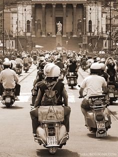 Vespa army, move out! Vespa Motorcycle, Vespa Bike, Motos Vespa, Vespa Scooters, Vespa Vintage, Vespa Retro, Retro Scooter, Scooter Girl, Triumph Motorcycles