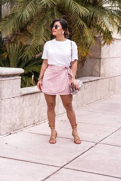 10 Mini Skirts Perfect for Spring & Summer via Kri Looks Plus Size, Look Plus, Mode Outfits, Trendy Outfits, Fashion Outfits, Elegant Summer Outfits, Summer Shorts Outfits, Curvy Girl Outfits, Plus Size Outfits