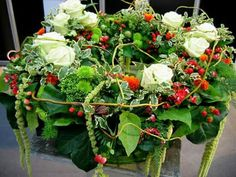Weiße Rosen mit Herbstbeiwerk