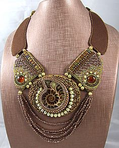 Collier artisanal brodé et ammonite