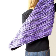 This cozy shawl features a quick and fun to knit stitch pattern that may look complicated but is easy to work since it is created by using the mosaic technique: slipped-stitches, only one colour at a time & one little trick…