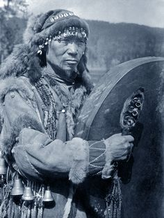 Siberian shaman/ A Shaman during a ritual seance. The Russian Museum of Ethnography Indigenous Tribes, Witch Doctor, Samana, People Of The World, First Nations, Vintage Photography, Magick, Wicca, Witchcraft