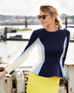 Sportlich und gleichzeitig feminin? Funktioniert mit dem schmalen Shirt super! Die durch kontrastierende Farben betonten Schnittteile sind zum Saum hin aufgedreht und erzeugen einen schmeichelnden Schößcheneffekt. Wer noch schlanker wirken möchte, dreht die Farben um.