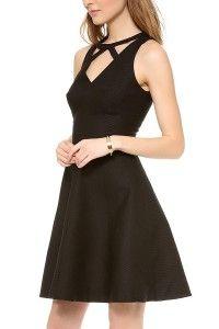 Vestido negro de falda capada por encima de la rodilla y escote decorado con tiras de tejido en clave geométrica, tanto delante como detrás. Tejido tipo piqué. Puedes comprarlo aquí: http://filarprim.com/faldas-y-vestidos/219-vestido-escote-geometrico.html