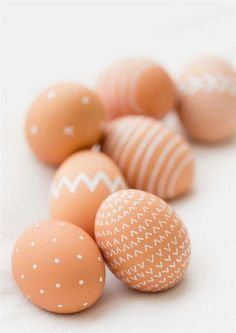 Easter DIY: Paint natural brown eggs with a white paint pen I Ostern osterei natur mit weiß Easter Egg Dye, Hoppy Easter, Easter Bunny, Holiday Crafts, Holiday Fun, Holiday Activities, White Paint Pen, White Pen, Diy Ostern