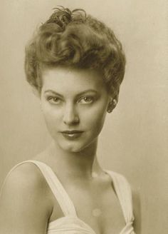Ava Gadner at 17, in the year that Gone With The Wind hit the screens. Hollywood would soon find its true Southern Belle.