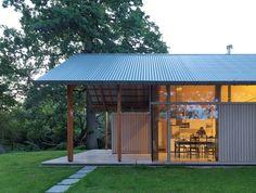 Construído na 2016 na Driebergen-Rijsenburg, Holanda. A Residência Sterkenburg está belamente situada no bosque, ao redor de Driedbergen. Sua construção utiliza um inovador sistema estrutural de madeira,...