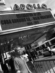 《佐野元春 N.Y.レポート08》  佐野元春が4月29日夜、ブロンクスにある施設「ANDREW FRRDMAN HOME」のレセプションパーティで、アートやソーシャルベンチャーの関係者、地元の人々を前にスポークンワーズのパフォーマンスを行った。ニューヨークでの予定はこれをもって終了。帰国したらすぐに新作アルバムの仕上げに取りくむことになっている。写真はハーレムにある伝統ある音楽ベニュー、アポロシアターを訪れた元春。