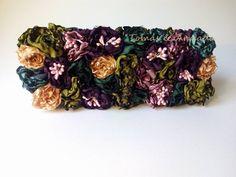 Bolso de fiesta con flores multicolor de raso realizadas a mano . Por la variedad de colores este bolso es muy combinable ..