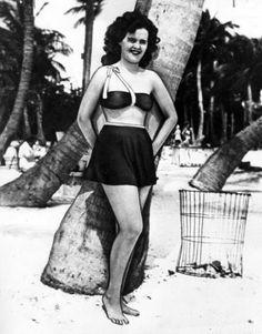 Elizabeth Short, the Black Dahlia, at an unidentified beach [ca. John Wayne Gacy, Jeffrey Dahmer, Ted Bundy, Bonnie Clyde, Dahlia Noir, The Black Dahlia Murder, Billy The Kid, Trailer Peliculas, Cold Case