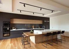îlot de cuisine moderne en noir et bois