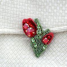 А это тюльпанчики с лаковыми красными кристаллами и светло-зелеными кристаллами Сваровски :) за окном зима и весна в душе :) #tulipfever #tulip #tulp #flower #lill #swarovski #preciosa #tohobeads #тюльпаннаялихорадка #тюльпан #брошьтюльпан #сваровски #fashionaccessories #brooch #beadembroidery #seedbeads #estonia #tallinn #эстония