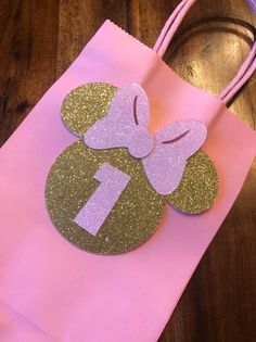 Minnie Mouse Favor bags - - This personalized Favor bag is the perfect addition for any party. Carefully decorated and made out of high quality materials. Set of 10 bags. Can be made with any number. Please Visit my store for matching decorations. Minnie Mouse Favors, Minnie Mouse Birthday Decorations, Minnie Mouse Birthday Outfit, 1st Birthday Party For Girls, Minnie Mouse Pink, Mickey Mouse Parties, Minnie Golden, Decoration Minnie, Miki Mouse