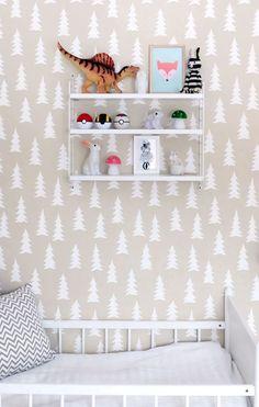Papier peint motif sapin pour la chambre d'un enfant. http://www.m-habitat.fr/murs-facades/revetements-muraux/le-papier-peint-mural-914_A