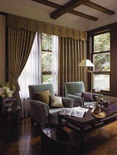 ブリティッシュ風インテリア:落ち着いた風格のあるスタイルなので、どっしりとした安定感のある色使いが好ましいでしょう。中~低明度の色が中心になるようにカラーコーディネートします。しかし、同時にこれらの色は暗くなる色のため、使う量には注意が必要です。家具やドアといった目につく部分に使うなど工夫をすると良いですよ。渋い色合いのグリーン、ブルー、赤といった色が使われているのをよく見かけます。壁紙やカーテン、椅子の貼り地やカーペットなどに取り入れてみてはいかがでしょう。    また、高級感のでる金色もよく使われます。金色もピカピカしたものよりは、光沢が抑えられた金古味色が落ち着いた雰囲気に合います。 British, Curtains, Storage, Classic, Interior, Room, House, Inspiration, Home Decor