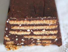 Es una torta que no necesita horno, tiene muchas capas y es bueno que esté bien fría a la hora de servirla