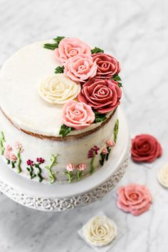 Lemon Buttermilk cake with raspberry jam perfect for summer (with piped buttercream roses) Pretty Cakes, Beautiful Cakes, Cake Piping, Berry Compote, Hazelnut Cake, Buttercream Flowers, Fondant Rose, Fondant Baby, Fondant Flowers