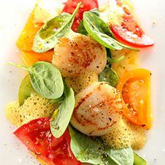 Serviervorschlag für Gebratene Jakobsmuscheln auf Tomatencarpaccio mit Rosencurryschaum und Spinatsalat