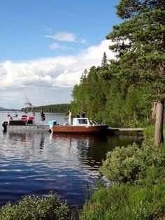 Kalastajien veneitä Miekojärven Vaarasaarella Pellossa Länsi-Lapissa