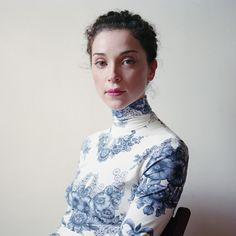 La photographe Jody Rogac présente ses portraits élégants pris en lumière naturelle avec son Hasselblad moyen format.