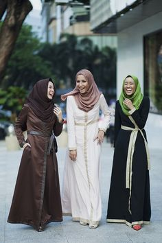 Capturing the moment with these young brilliant and fashionable ladies draped in the local Malaysian brand, Love to Dress. By: Langston Hues Kuala Lumpur, Malaysia Abaya Fashion, Modest Fashion, Girl Fashion, Fashion Outfits, Fashion Trends, Muslim Women Fashion, Islamic Fashion, Turban, Moslem