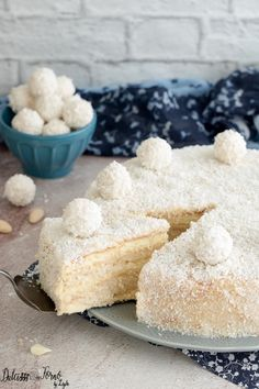 TORTA RAFFAELLO Raffaello cake, the recipe for white chocolate and coconut cake inspired by the Raffaello chocolate. Creamy and delicate, it melts in your mouth! I can only recommend it: it is of a un
