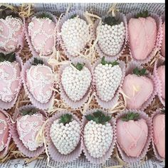 Yummy dipped strawberries by (strawberry desserts dip) Strawberry Tower, Strawberry Delight, Strawberry Desserts, Chocolate Covered Treats, Chocolate Dipped Strawberries, Patisserie Fine, Edible Arrangements, Cakepops, Party Cakes