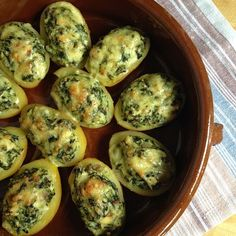 überbackene Pellkartoffeln mit Spinat-Feta-Füllung