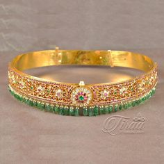 Vintage jewelry is jewelry that was once in style but then fell out of style. Now, many people are wearing vintage jewelry as part of today's styles. Vintage jewelry is very popular today, and it is surprisingly easy to find. Gold Bangles Design, Gold Jewellery Design, Gold Jewelry, Beaded Jewelry, Jewelry Design Earrings, Gold Earrings Designs, Stylish Jewelry, Fashion Jewelry, Bridal Jewelry Vintage