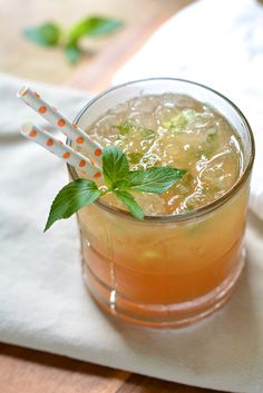 Peachy Sweet Tea Mint Julep -all the flavors of summer in the South | the makeshift nest