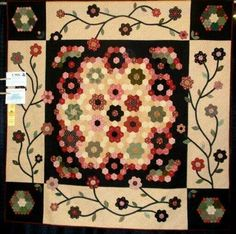 Gorgeous primitive quilt Hexagon Quilt Pattern, Quilt Patterns, Colchas Country, Modern Quilt Blocks, Homemade Quilts, Flower Quilts, Quilt Border, Quilt Festival, English Paper Piecing