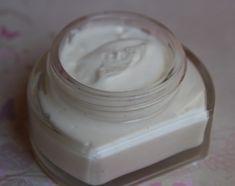 CREME VISAGE ANTI-AGE ALOE RECETTE Phase Aqueuse 24 g eau 1 pincée de gomme xanthane (apporte du glissant) 0.5 g urée (hydratante, assainissante) 1 pte de couteau poudre de soie (hydratant, velouté, toucher soyeux et doux) Phase Huileuse 3 g olivem 1000...
