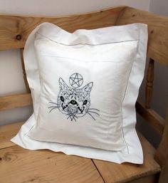 Coussin blanc brodé de main original, 2 face à la conception de chat avec symbole Pentacle