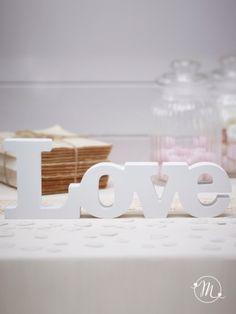 Quando ci si sposa mille sono i dettagli a cui pensare, tra questi, le decorazioni hanno molta importanza.Per la sala, per il giardino, per il tavolo degli sposi, per l'auto, per la confettata, per l'angolo guest book...Per ognuno di questi casi sta riscuotendo grande successo l'utilizzo di lettere di legno, grandi o piccole, per scrivere parole romantiche o anche solo per dare importanza allo sposo e alla sposa grazie alle loroiniziali.Lelettere di legno, in special modo di colo...