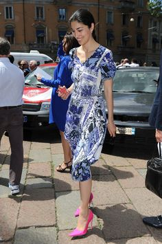 caroline issa, pink shoes, how to wear super-bright pumps