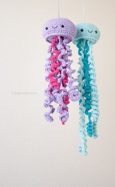Crochet Jellyfish With Free Pattern Video Instructions Crochet Simple, Crochet Diy, Crochet Amigurumi, Amigurumi Patterns, Crochet For Kids, Crochet Crafts, Yarn Crafts, Knitting Patterns, Crochet Patterns