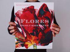 La inglesa Rosie Sanders piensa diferente, mira diferente y pinta diferente a todos los demás retratistas de flores. Plasma en sus lienzos tulipanes, iris, anémonas, rosas, orquídeas o gladiolos de grandes dimensiones que a contraluz parecen tan transparentes como si estuvieran hechos de papel japonés.